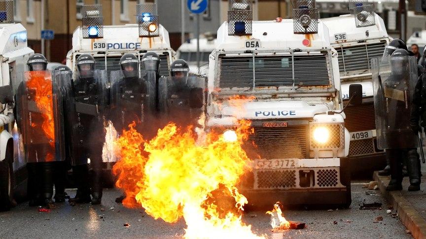 Fogo queima em frente a policiais nas ruas de Belfast, no norte da Irlanda