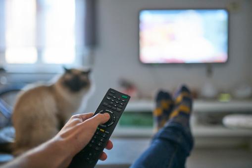 Pessoa assistindo TV