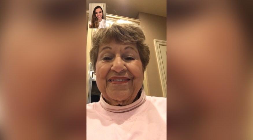 Abby Godard usa o FaceTime, da Apple, para se comunicar regularmente com a avó Yvonne Simon Perotti