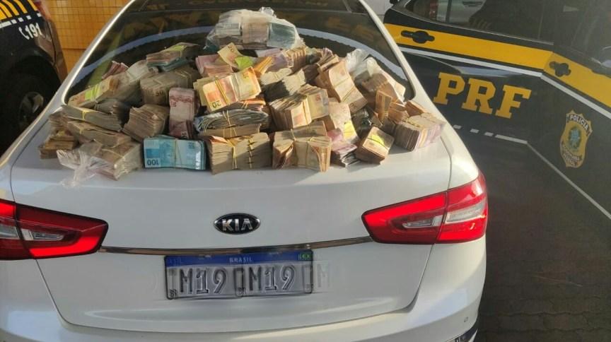 Dinheiro encontrado pela polícia em operação no Paraná