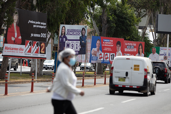 Propagandas eleitorais em rua de Lima, no Peru, em 9 de abril de 2021. Peruanos votam para presidente neste domingo, 11