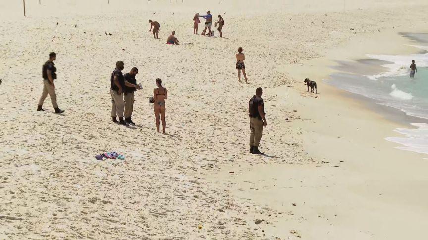 Agentes fiscalizam praias no Rio de Janeiro em meio às medidas restritivas na cidade