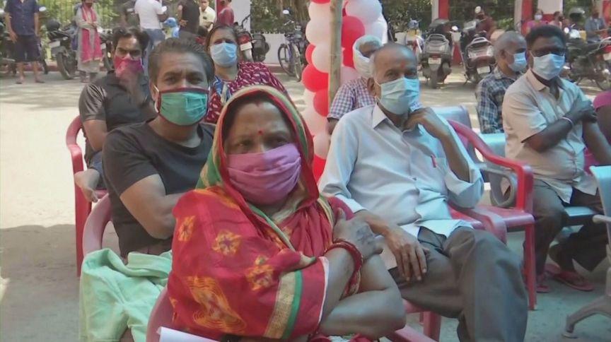 Índia enfrenta surto e provoca aumento de novos casos globais de Covid-19, segundo a OMS