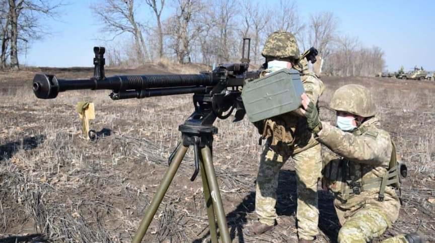 Soldados ucranianos patrulham fronteira com a Rússia após aumento da tensão na região