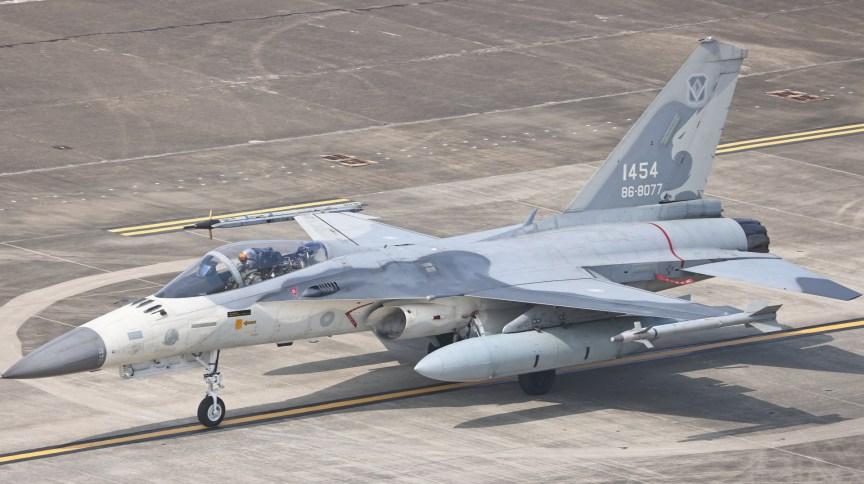 Caça de Taiwan se prepara para exercício militar na na base aérea de Tainan