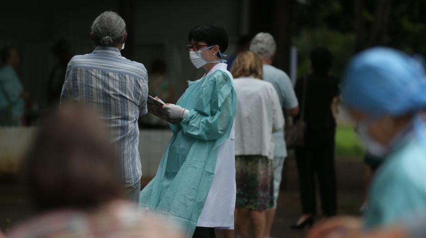 Profissional de saúde em atendimento durante campanha de vacinação em Brasília