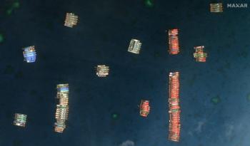 Os 'pequenos homens azuis', barcos de pesca com cascos reforçados, cercaram o recife de Whitsun, um território filipino no Mar da China Meridional