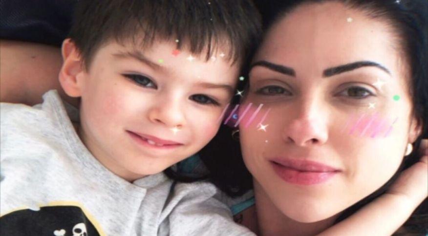 O menino Henry Borel ao lado da mãe, Monique Medeiros; polícia investiga ela e padrasto, o deputado Dr. Jairinho, pela morte da criança