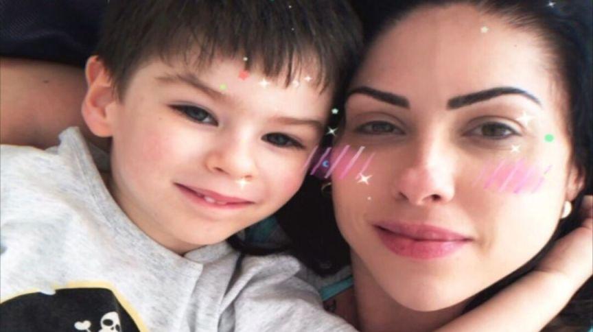 O menino Henry Borel ao lado da mãe, Monique Medeiros; polícia investiga ela e padrasto