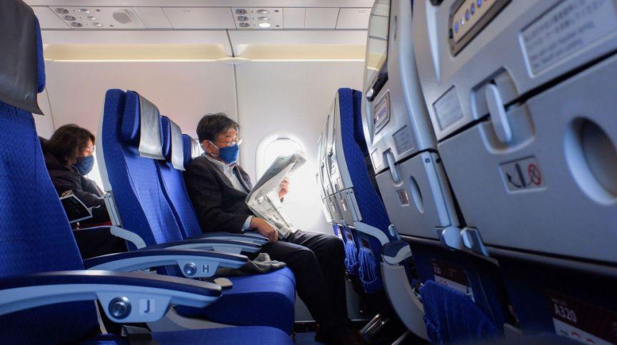 De máscara e distanciados, passageiros voam pela All Nippon Airways (Ana)