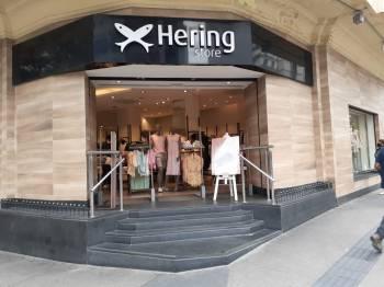 A varejista têxtil Hering recebeu uma proposta de compra do controle da empresa pela Arezzo, de acordo com comunicado divulgado na noite de quarta-feira (14)