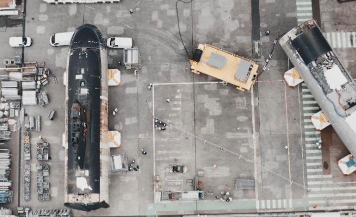 As duas metades do submarino Perle ficam no estaleiro de Cherbourg, na França, depois que o navio foi cortado no início deste ano
