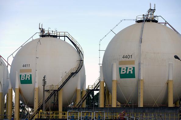 Tanques de armazenamento de combustível da Petrobras em uma refinaria de petróleo