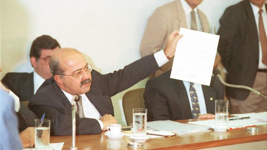 Em 1992, uma CPMI investigou as atividades do empresário PC Farias no governo Collor