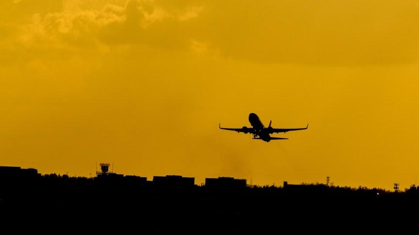 Avião decolando: transporte de vacinas no fim do ano serão prioridade