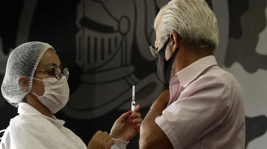 Aplicação de dose da vacina contra a Covid-19 na zona central do Rio de Janeiro