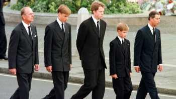 Nos séculos passados, as viúvas usavam trajes de luto por até dois anos após o falecimento do marido. A Rainha Vitória, do Reino Unido, os usou por 30 anos.