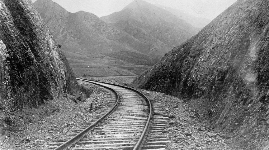 Estrada de ferro corta as montanhas da Manchúria, na China, ao redor de 1906