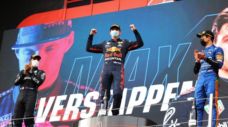 Max Verstappen (C) comemora vitória no GP da Emilia Romagna de F1, em Ímola