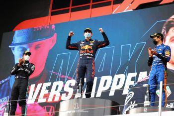 Piloto da Red Bull se destaca em corrida atípica marcada por escapadas e acidentes; Hamilton se recupera de incidente, faz volta mais rápida e chega em 2º