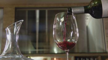 Em 2021, a safra de uva foi a maior em duas décadas, e grande parte ainda está nos tanques e barricas para maturação da bebida