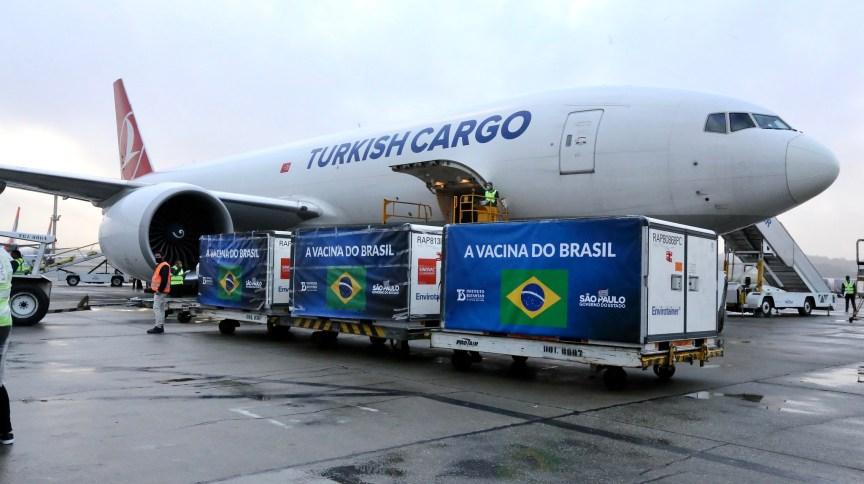 Ingrediente Farmacêutivo Ativo (IFA) da Coronavac é desembarcado no aeroporto de Guarulhos, em SP