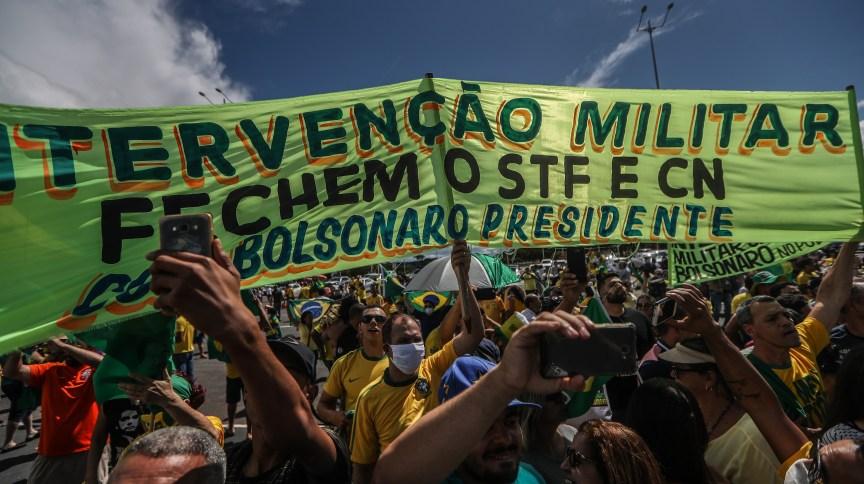 Apoiadores de intervenção militar se aglomeram durante discurso do presidente Jair Bolsonaro em Brasília (19.abr.2020)