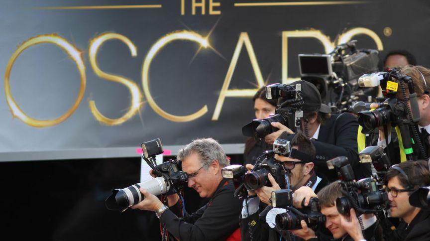 Os tapetes vermelhos do Oscar costumam reunir celebridades, jornalistas e fotógrafos antes das premiações