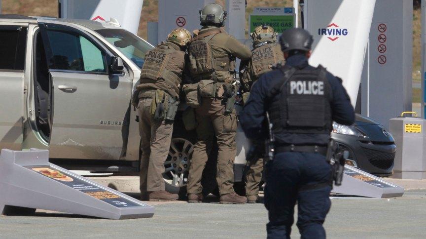 Policiais fazem cerco para capturar atirador no Canadá