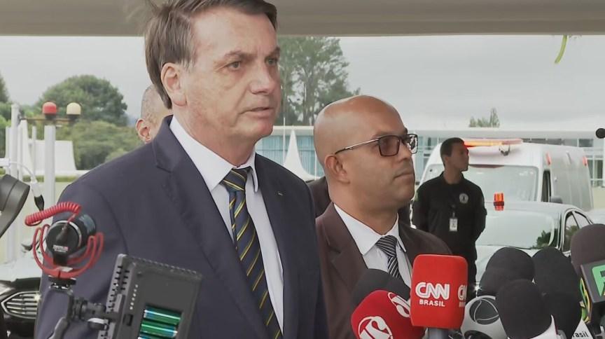 O presidente Jair Bolsonaro fala à imprensa nesta segunda-feira (20) em Brasília