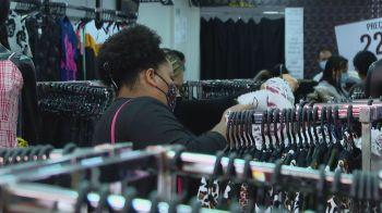 Comércios de rua reabriram no estado no último domingo (18); no primeiro dia útil após a reabertura lojas ficaram cheias na capital paulista