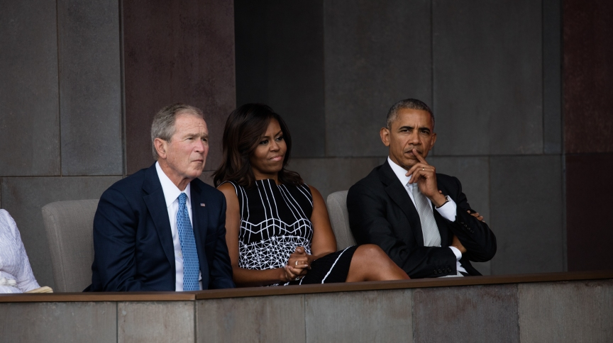 Ex-presidentes George W. Bush e Barack Obama ao lado de Michelle Obama