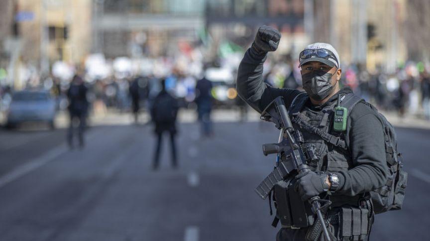 Policial em manifestação em Mineápolis, durante o julgamento do caso George Floyd