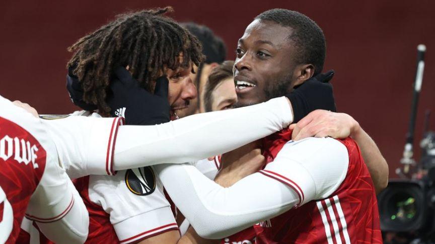 Nicolas Pepe comemora com Mohamed Elneny, depois de marcar seu primeiro gol durante a partida de quartas de final da UEFA entre Arsenal FC e Slavia Praha