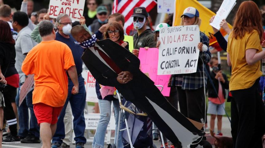 Protesto em Encinitas, na Califórnia (EUA), contra medidas de isolamento no combate ao coronavírus em 19 de abril