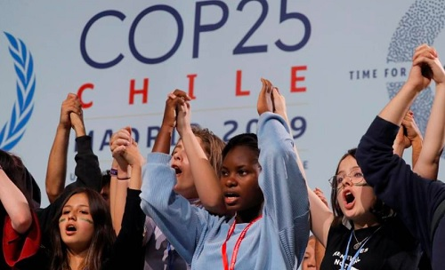 Jovens ambientalistas de mãos dadas em defesa do clima na COP25
