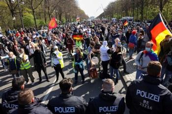 Cerca de 2.200 policiais estão de plantão em Berlim para administrar os protestos; sete pessoas foram detidas após atacarem os oficiais