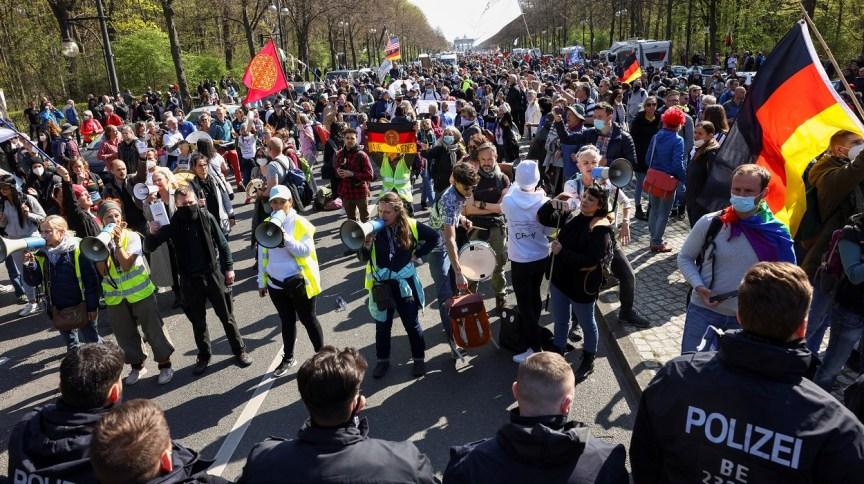 Manifestantes entram em confronto com policiais em Berlim nesta quarta-feira (21)