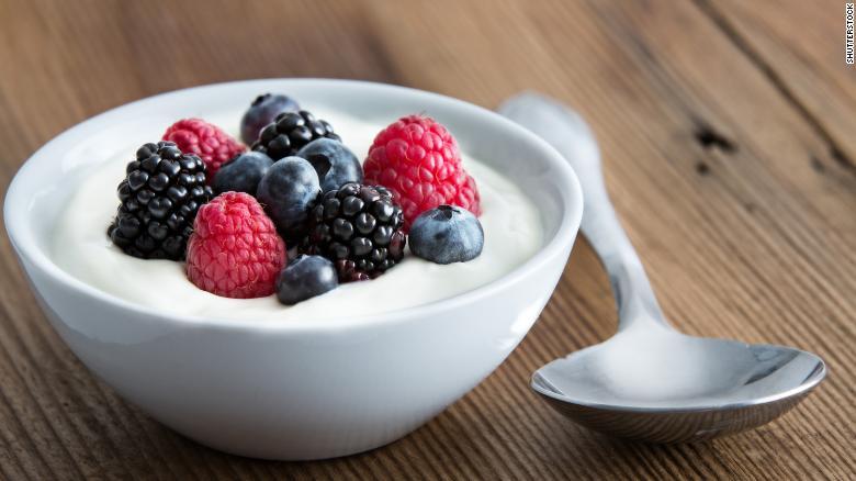 Carboidratos presentes nas frutas vermelhas e triptofano do iogurte ajudam a promover o sono