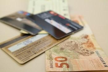 De acordo com o BC, a taxa média dos bancos nas operações com cheque especial somou 130% ao ano (7,2% ao mês) em fevereiro, ante 141% em janeiro