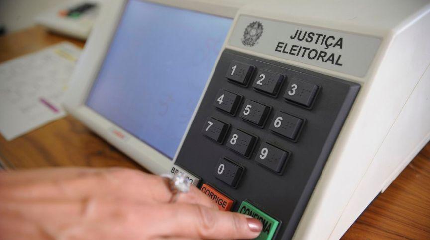 Urna eletrônica durante votação nas eleições: grupo de trabalho do TSE confirmou, por enquanto, pleito de 2020