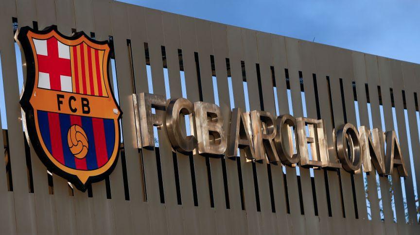 Brasão do FC Barcelona, no estádio Camp Nou, em Barcelona