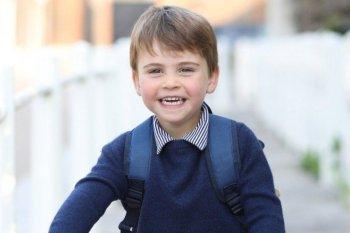 Louis completou  3 anos nesta sexta-feira (23); na foto, o filho mais novo do Duque e da Duquesa de Cambridge aparece sorrindo em um bicicleta vermelha