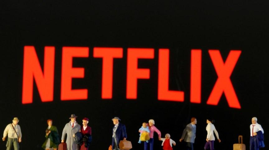 Figuras de brinquedo aparecem em frente ao logotipo da Netflix: base de assinantes da gigante do streaming teve alta com quarentena (19.mar.2020)
