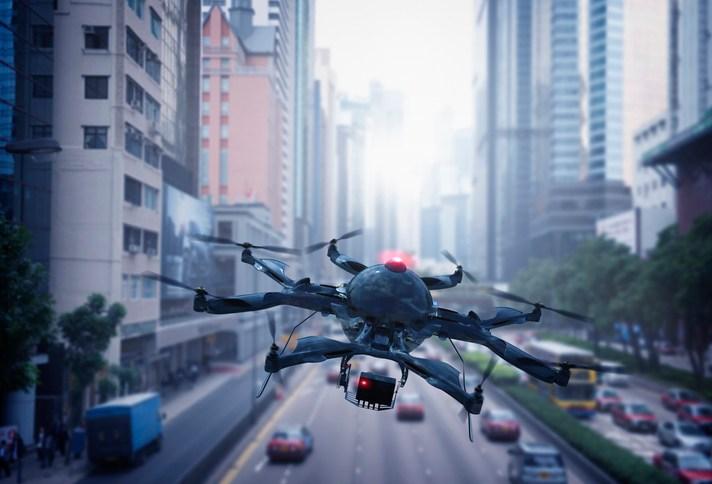 Drone sobrevoa cidade / Imagem de arquivo
