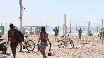Pessoas entraram e ocuparam as faixas de areia mesmo com as proibições divulgadas pelo governo do estado