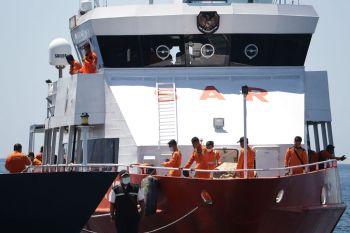As equipes de resgate encontraram novos objetos, incluindo um colete salva-vidas, que acreditam pertencer ao KRI Nanggala-402