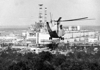 Pilotos da antiga URSS realizaram a perigosa tarefa; foram necessários mais de 4.000 sobrevoos até o incêndio ser controlado