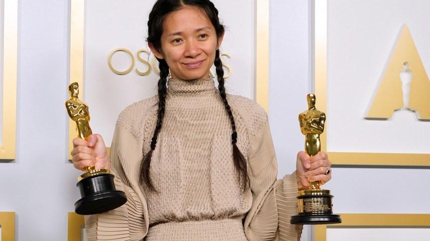 A cineasta Chloe Zhao posa com estatuetas do Oscar, em Los Angeles (25 de abril de 2021)