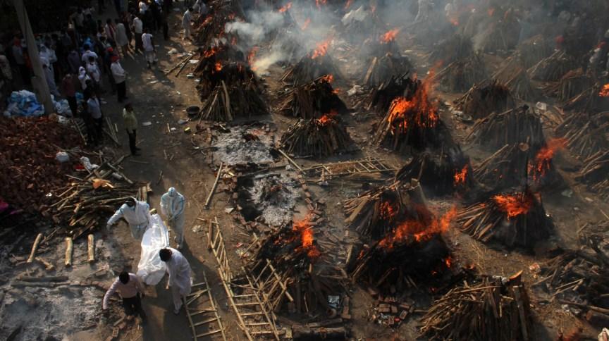 Vítimas de Covid-19 são cremadas na Índia; recorde de casos e mortes sobrecarrega o país